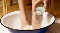 Quá nhiều lợi ích khi ngâm chân trong nước muối