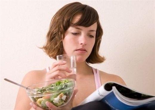 8 thói quen xấu trong ăn uống khiến bạn luôn đầy bụng, khó tiêu