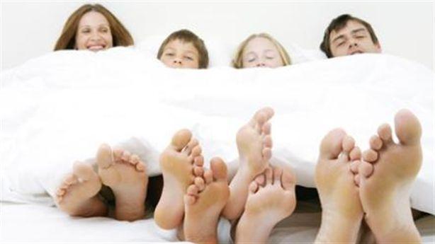 Điều gì xảy ra nếu bạn bật điều hòa và… đắp chăn khi ngủ?