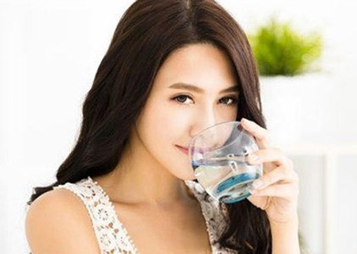 Cân nặng sẽ tự giảm chỉ với vài cốc nước ấm mỗi ngày