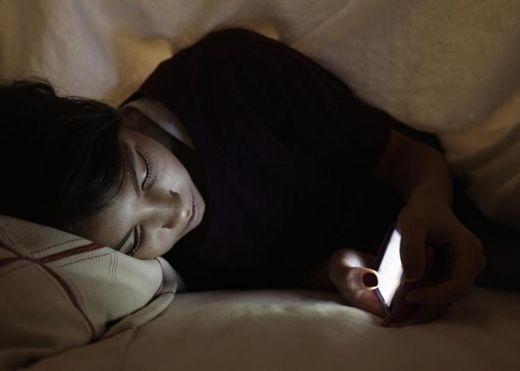 Cảnh báo nguy cơ liệt nửa người vì dùng điện thoại ban đêm