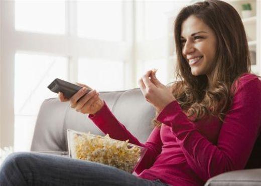 Vừa ăn vừa xem tivi có nguy cơ viêm loét dạ dày