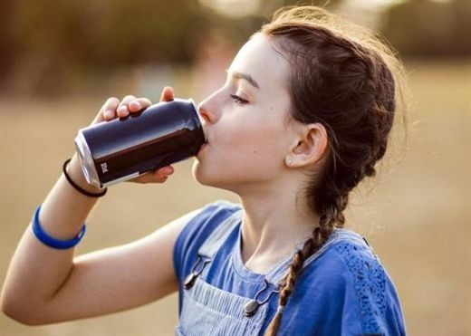Các nhà hoa học Anh đề xuất cấm bán nước tăng lực cho trẻ em dưới 18 tuổi