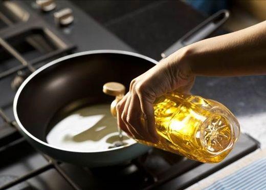 Tái sử dụng dầu ăn nhiều lần ảnh hưởng nghiêm trọng đến sức khỏe