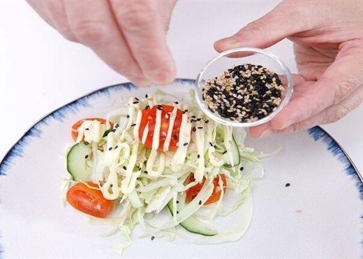 Nếu đã ngán những món ăn đầy thịt, hãy làm ngay salad bắp cải thanh mát lại tốt sức khỏe