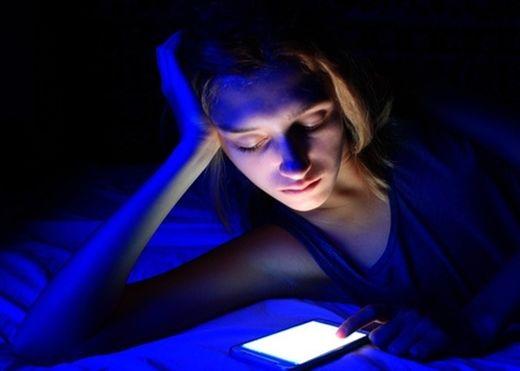 Tác hại khó lường của ánh sáng xanh từ máy tính, điện thoại di động tới làn da