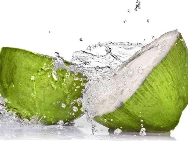 Nước dừa giúp trẻ hóa và làm đẹp hiệu quả nhưng nhóm người sau tuyệt đối không nên uống