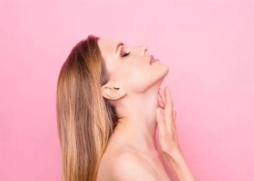 Đây là cách làm căng và săn chắc vùng da quanh cổ của bạn
