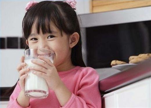 Đừng bỏ sữa khỏi thực đơn của con