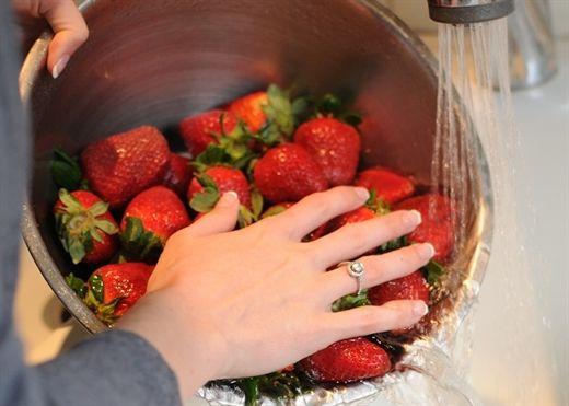 Làm sạch rau củ, loại bỏ thuốc trừ sâu chỉ với giấm