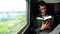Đọc sách trên tàu xe - Nên hay không?