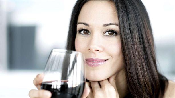 Phụ nữ uống rượu, tổn hại đủ đường