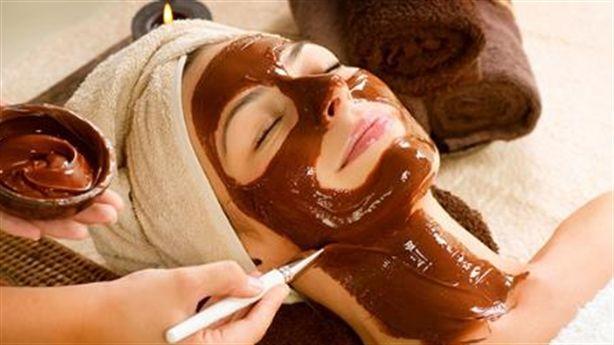Đánh các nếp nhăn trên mặt, cổ bằng sôcôla