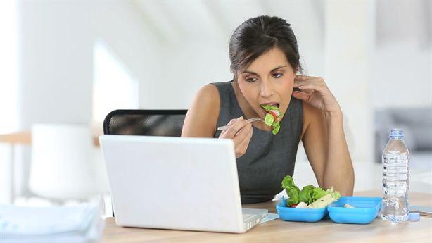 Mẹo ăn trưa đúng cách để chị em làm việc văn phòng giảm cân tự nhiên