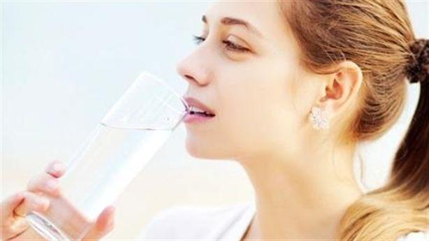 Ngủ ngon, da đẹp, xương chắc khỏe... nhờ uống 1 ly nước muối ấm mỗi sáng