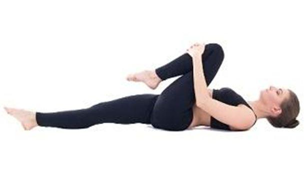 Nằm một chỗ và thực hiện 6 động tác siêu dễ này để chữa và phòng đau lưng hiệu quả