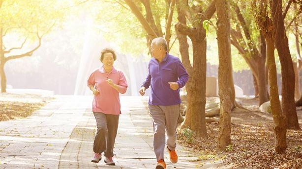 Bị ung thư vẫn sống khỏe mạnh trên 100 tuổi nhờ đi bộ và phơi nắng