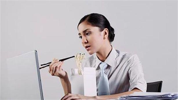 Thói quen ăn trưa xấu thường gặp của dân văn phòng