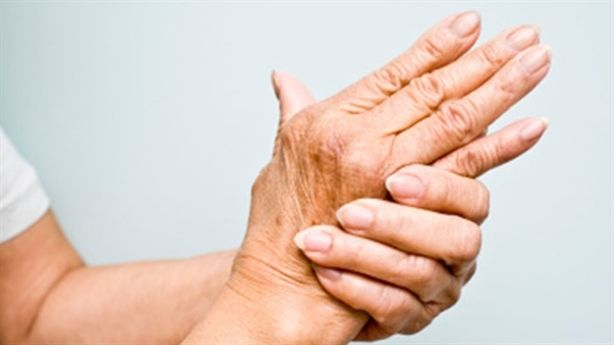 Đi tìm nguyên nhân của bệnh tê tay ở phụ nữ tuổi trung niên