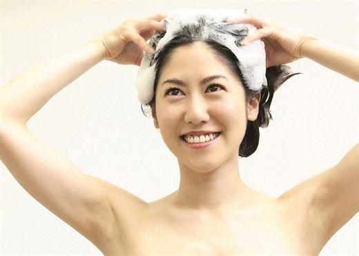 8 kiểu gội đầu sai lầm khiến tóc khô xơ, dễ rụng