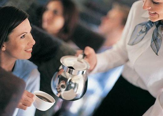 Uống cà phê trên máy bay tưởng không hại mà hại không tưởng