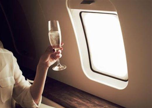 Uống rượu trên máy bay sẽ khiến cơ thể mất nước, choáng váng