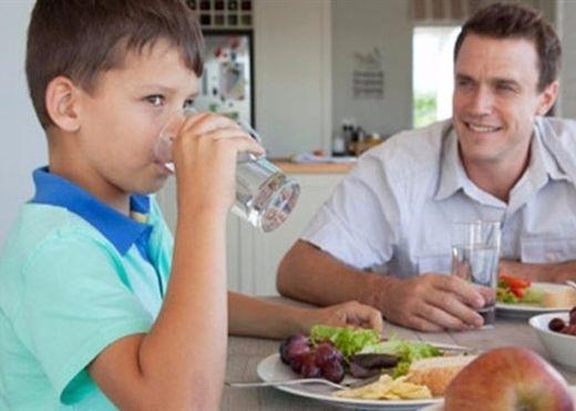 Vừa ăn vừa uống nước - Nên hay không?