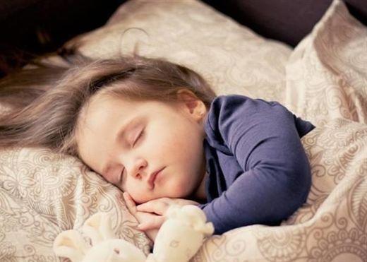 Nên cho trẻ ngủ chung hay ngủ riêng?