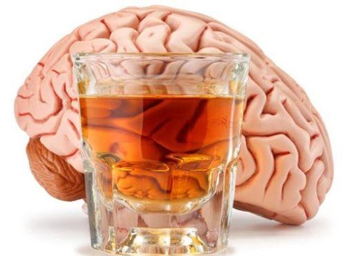 Uống rượu nhiều có thể gây teo não, rối loạn giấc ngủ...
