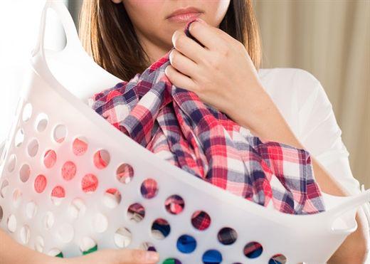 Mùi thuốc lá ám trên quần áo giặt thế nào cũng không hết – Hãy thử ngay mẹo sau!