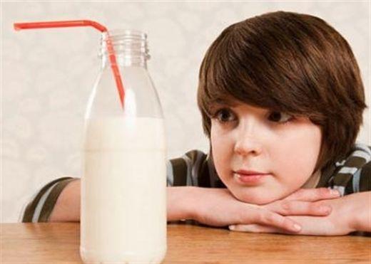 Đau bụng, buồn nôn và có triệu chứng lạ sau khi uống sữa là bệnh gì?