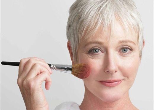 Những bí quyết trang điểm khiến phụ nữ tuổi trung niên vừa sang trọng lại không bị già đi