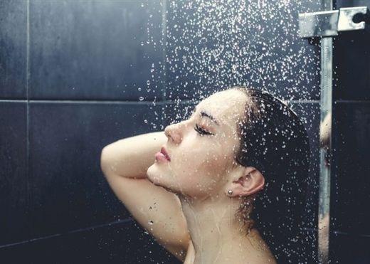 Thói quen tắm đêm đang âm thầm hủy hoại sức khỏe của bạn