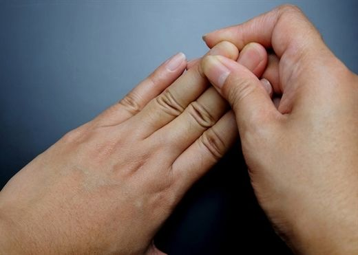 8 bài tập chữa tê ngón tay hiệu quả cho dân văn phòng