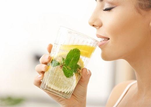 Lý do bạn nên uống nước chanh hằng ngày, đặc biệt trong dịch virus corona
