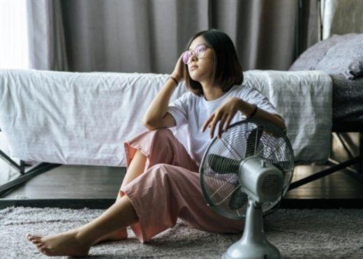 Nằm ngủ quá gần quạt có thể làm nặng thêm tình trạng đau cơ