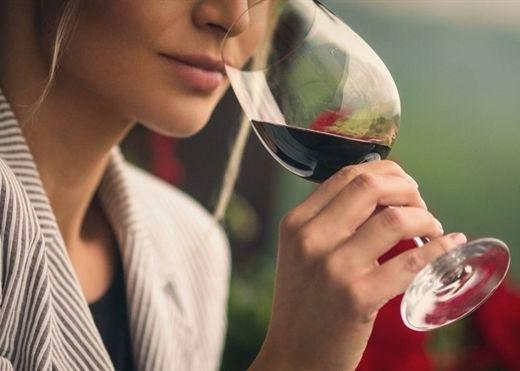 Rượu vang đỏ có nhiều lợi ích cho sức khỏe nhưng cần tuân thủ liều lượng