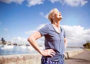 Đi bộ là bài tập cực tốt cho người lớn tuổi, giúp cải thiện sức khỏe tim mạch đáng kể