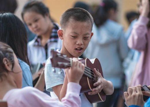 Học sinh Chuyên Sư phạm đầy sôi nổi với hoạt động từ thiện ''Khuyết''