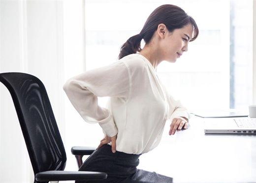 Vì sao ngồi nhiều lại hay bị đau thắt lưng và làm thế nào để giảm bớt cơn đau?