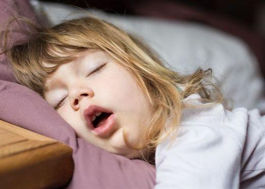 Điều gì có thể xảy ra nếu trẻ há miệng khi ngủ?