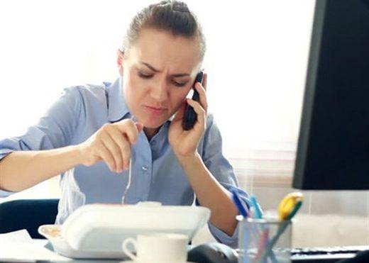 Nếu thường xuyên ăn trưa tại bàn làm việc, hãy cảnh giác với 4 tình trạng sức khỏe này