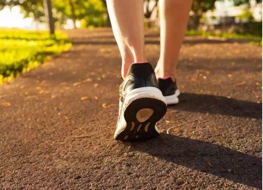 Đi bộ có nhiều tác dụng nhưng cũng khiến nhiều người bị đau lưng, đây là lý do gây đau phổ biến