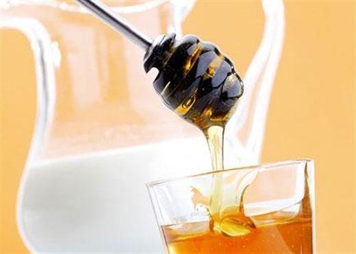 Mật ong và sữa là sự kết hợp lâu đời mang lại hương vị phong phú và nhiều lợi ích sức khỏe, đặc biệt là đánh bại lão hóa