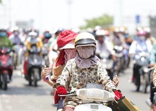 Sài Gòn đang trải qua đợt nắng nóng đỉnh điểm, cảnh báo chỉ số UV có thể đạt cực đại gây nhiều tác hại đối với sức khỏe con người