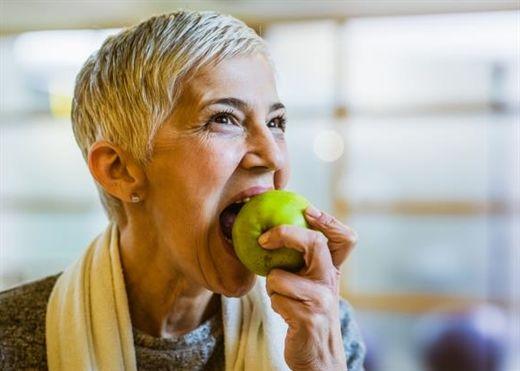 6 loại thực phẩm đáng ngạc nhiên giúp đánh bay hơi thở có mùi