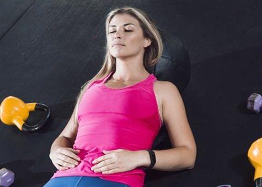 Chúng ta cứ quen nằm đệm nhưng chính ngủ trên sàn nhà lại giúp bảo vệ cột sống và giảm đau lưng hiệu quả