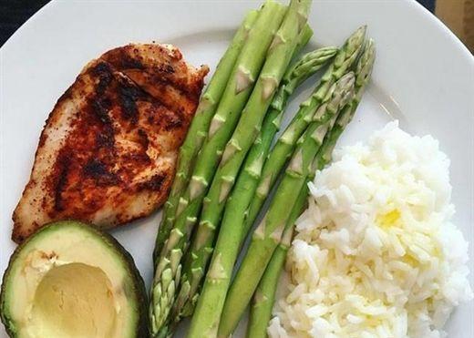 5 loại thực phẩm bạn có thể ăn vào sai thời điểm trong ngày