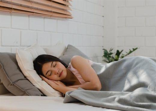 Không phải cứ uống rượu hay nước ấm trước khi ngủ mới tốt, đây là những thứ NÊN và KHÔNG NÊN sử dụng nếu muốn ngủ ngon