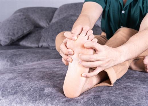 Tê, ngứa bàn chân: Không chỉ là triệu chứng của đa xơ cứng, mà có thể là dấu hiệu nhiều bệnh nguy hiểm